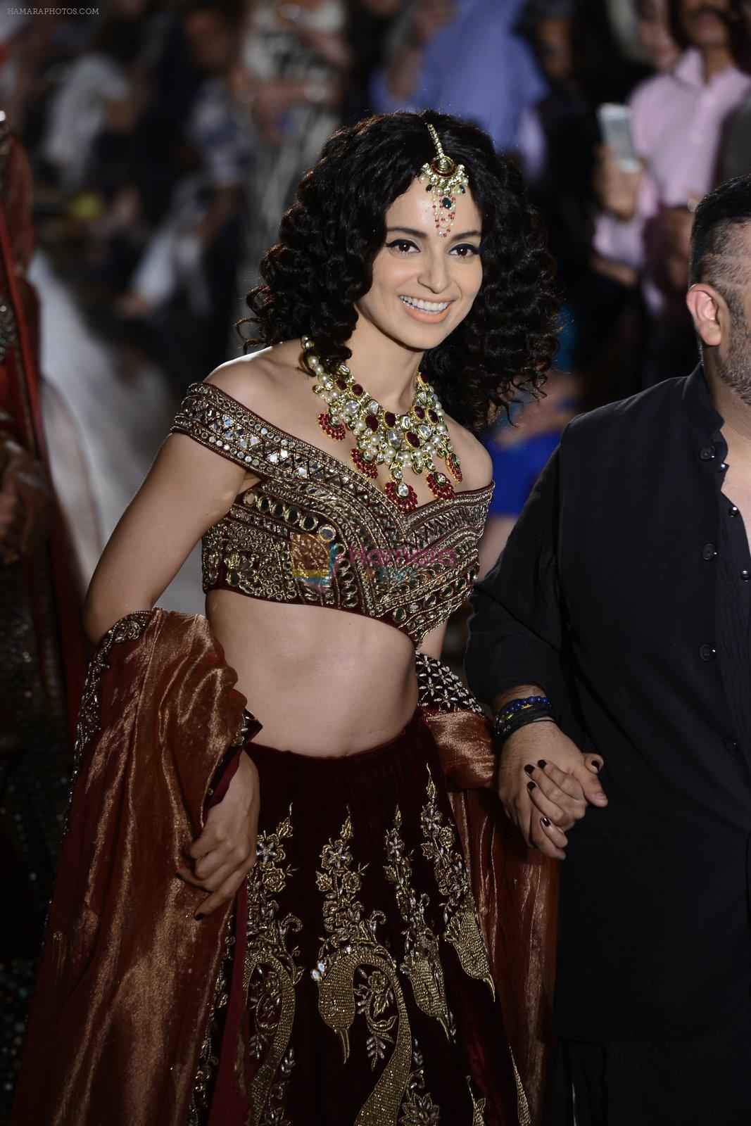 Kangana Ranaut walks for Manav Gangwani latest collection Begum-e-Jannat at the FDCI India Couture Week 2016 on 24 July 2016