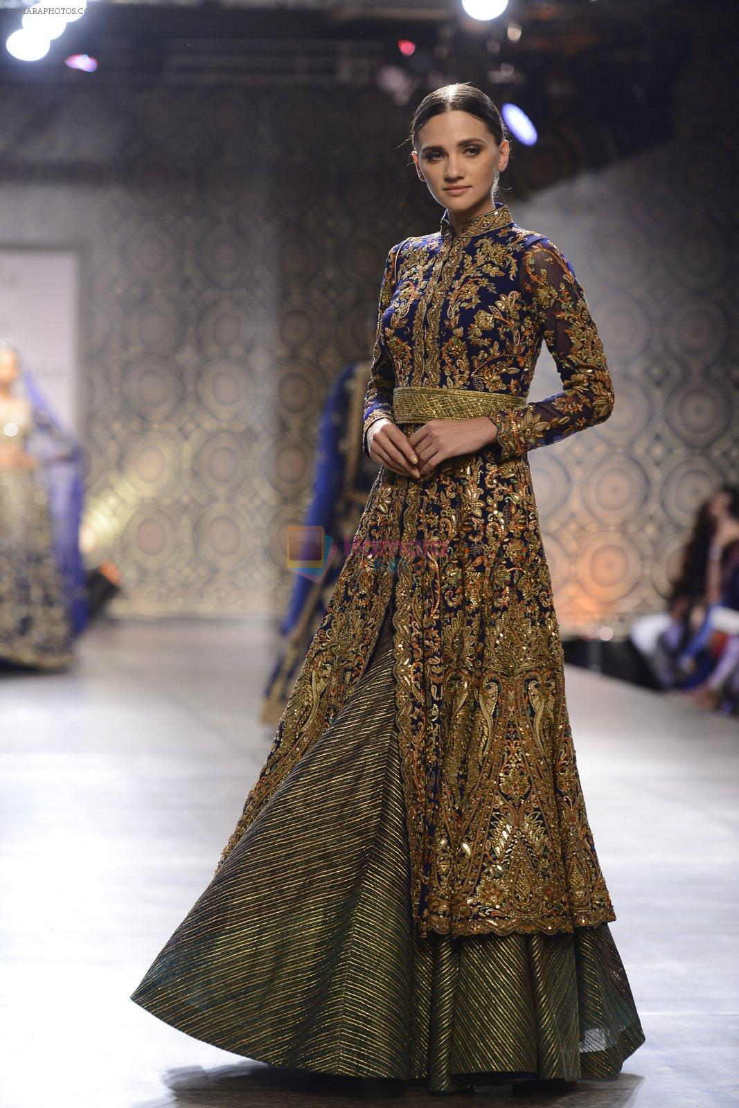 Model walks the ramp for Rimple and Harpreet Narula at the FDCI India Couture Week 2016 on 22 July 2016