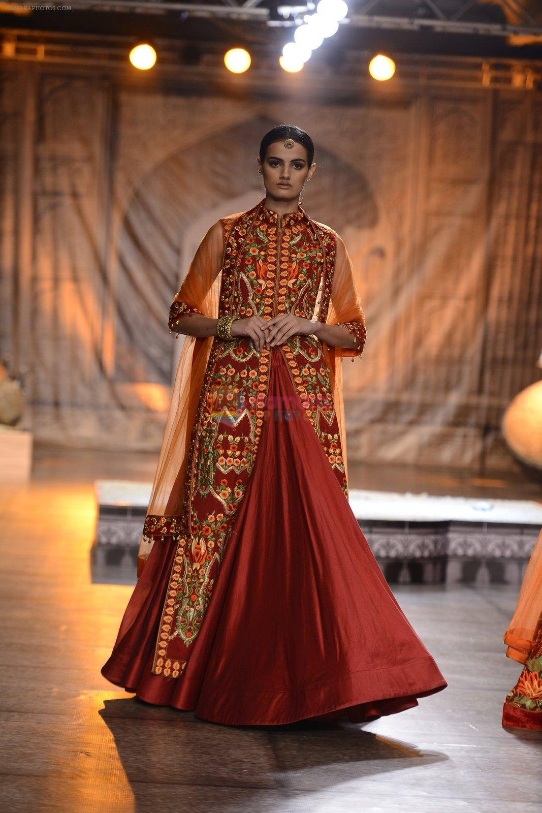 Model Walks the ramp for Reynu Taandon at the FDCI India Couture Week 2016